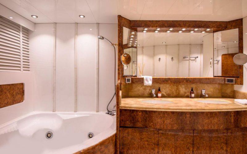 Mondomarine_120_bathroom