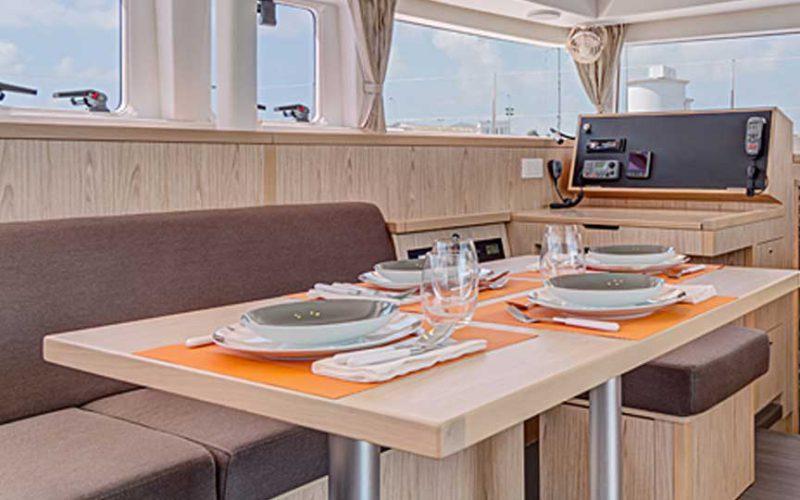 cat-lag-dining1-0__catamaran-lagoon-400-s2-12m